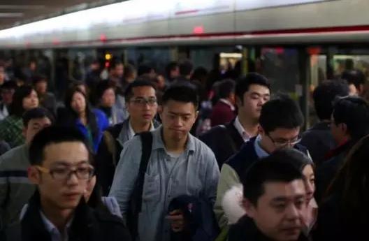 赶地铁,赶公交的上班族们,在巨大的人流中,渺小却用心的活着.
