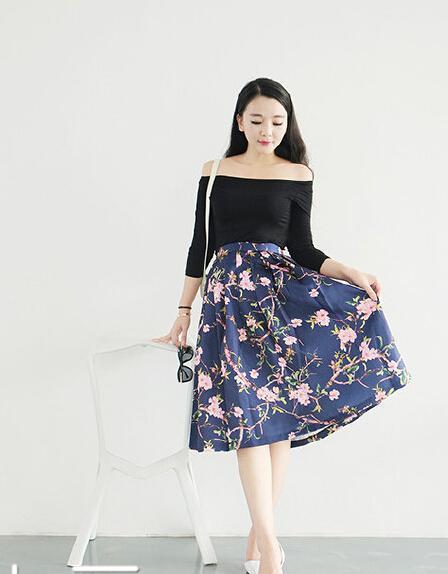 简单黑白搭配,短款上衣配伞裙