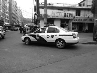 警车违停被贴罚单