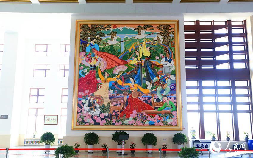 0 延吉西站候车大厅里名为《盛世欢歌》的朝鲜族风情壁画.图片