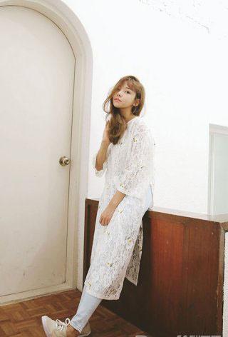 蕾丝印花白色连衣裙搭配浅蓝色紧身裤   穿一件白色内搭再罩