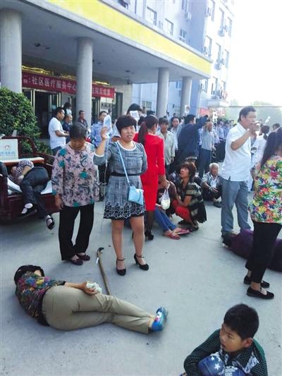 昨天,中毒乡民躺在病院大院输液。图/CFP