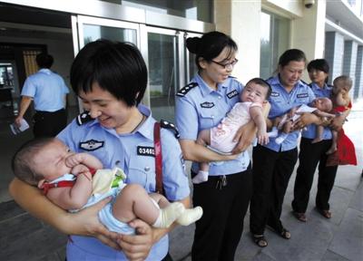 2012年7月2日,邢台公安抓获29名拐卖儿童案犯罪嫌疑人,解救出6名被拐儿童。资料图片/CFP