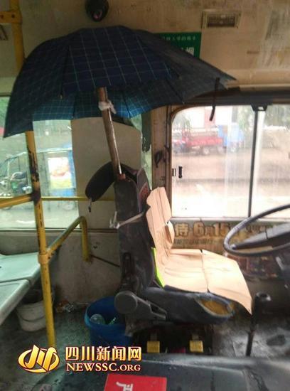 南充某公交车太破损 雨天司机打伞开车