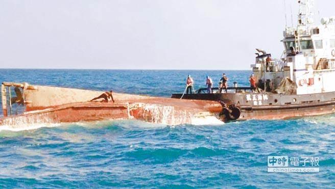 """基隆籍渔船""""世晖31号""""18日凌晨在竹围外海与""""亚泥2号""""砂石货运船发生碰撞,渔船翻覆,共9名船员落海失踪。(图片来源:台湾《中时电子报》)"""