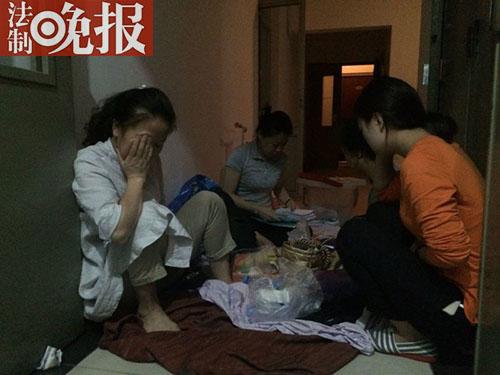 法晚深度即时(稿件统筹:朱顺忠 记者:杜雯雯)近日,北京市朝阳区北四环千鹤家园小区的一处住房楼道里,多名女子从一个星期前就蜗居在此。其中一位名叫崔文花的38岁女子告诉法晚记者(微信ID:fzwb_52165216),自己本是楼道旁房屋的购房人,但因民间借贷被他人设局通过合同诈骗,房屋遭转手倒卖。记者了解到,北京市公安局朝阳分局经侦大队已受理崔文花的报案,目前该案正在调查中。