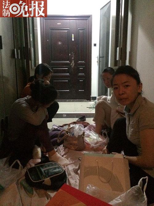北京四女子买菜回来房子被占 蜗居楼道内一周