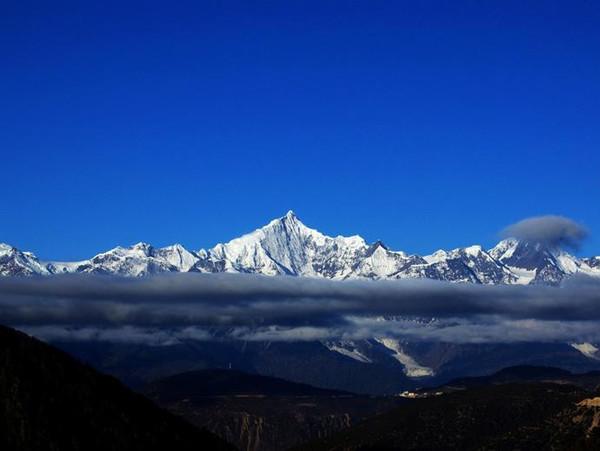 神山/海拨6740米的梅里雪山,为云南省第一高峰,位于西藏与云南的...