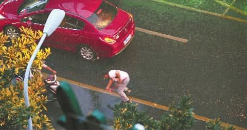 18日,湖南长沙突降暴雨,市民匆忙躲雨。(图片来源:三湘都市报)