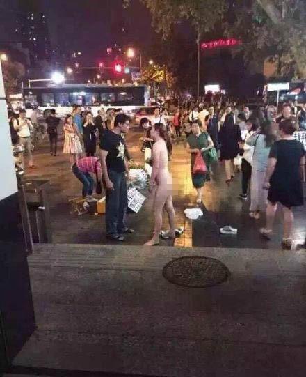 南京街头女子脱光 同城女子躺枪被传是当事人