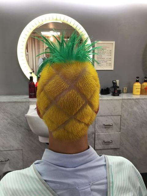 日本男高中生把发色染成菠萝头 让他一夜爆红
