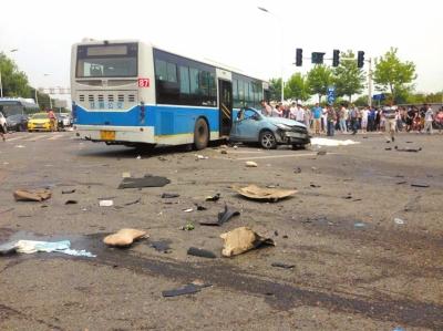 6月20日,江苏南京,马自达被宝马撞成两截。图/东方IC