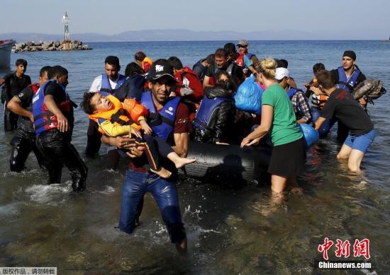 当地时间9月20日,仍然有大批的难民选择从海上偷渡到土耳其,超载的船只在海上漂泊,救援人员抛下绳索解救了这一船的难民。