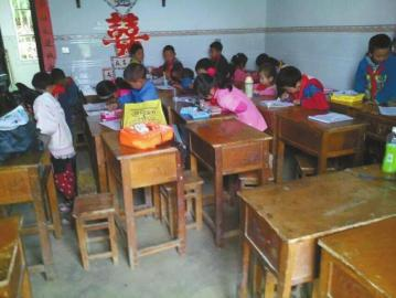 门生挤在租赁的农房课堂上课。