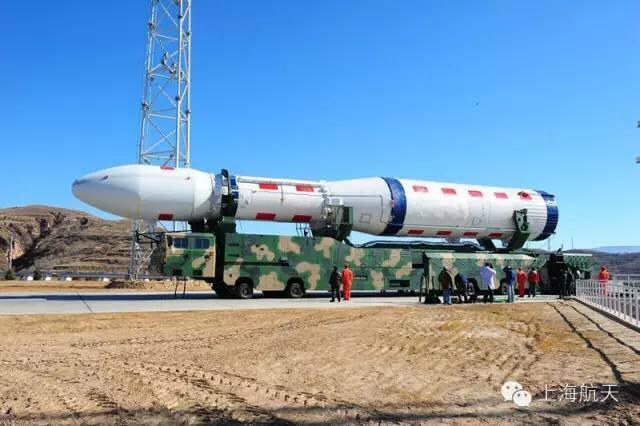 """北京时间2015年9月20日,中国在太原卫星发射中心用全新研制的长征六号运载火箭,成功将20颗卫星发射升空,卫星顺利进入预定轨道,开创了中国一箭多星发射的新纪录。这是中国新一代运载火箭的首次发射,也是长征系列运载火箭第210次发射,标志着中国运载火箭应用进入新纪元。长征六号火箭首次采用高压补燃循环无毒无污染液氧煤油发动机、""""三平""""测发模式,成功突破高精度控制技术、氧箱自增压技术、燃气滚控技术、箭地一体化快速测发技术等一系列关键技术,并按照""""通用化、组合化、系列化""""的设计思路,可进一步提高运载能力,有效提高国际商业发射市场竞争力,标志着中国在运载火箭现代化、模块化方面迈出了坚实一步。在长征六号研制的基础上,上海航天还将继续开拓创新,研制新一代中型运载火箭,打造长征六号升级版,预计将在""""十三五""""期间实现首飞。(上海航天)。"""