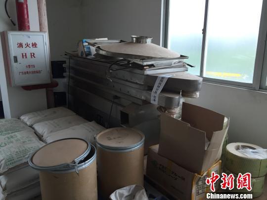 图为源城公循分局缉获的废品、半废品及中草药材 源城警方供图 摄
