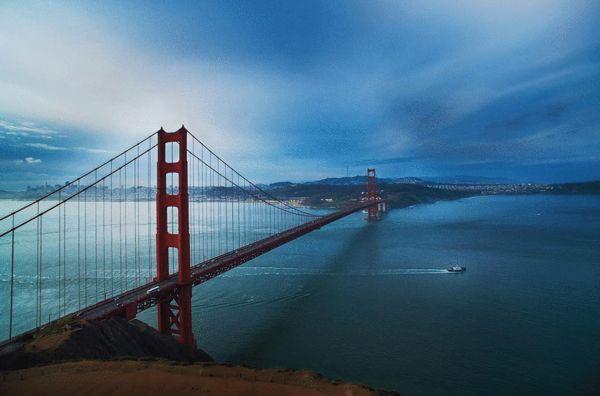 《清晨中的金门大桥》。旧金山