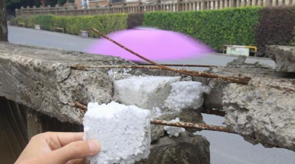 江西瑞昌第四中学左近,有一处长约400米的水泥护栏开裂,显露泡沫。