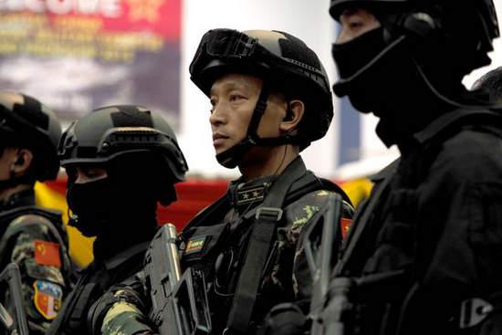 配图:演习中的特种部队中校军官头戴新型头盔.-中国特种兵全副图片