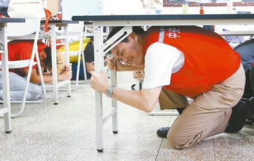 马英九到台师大林口校区参加地震避难掩护演练。台湾《联合报》/侯永全 摄
