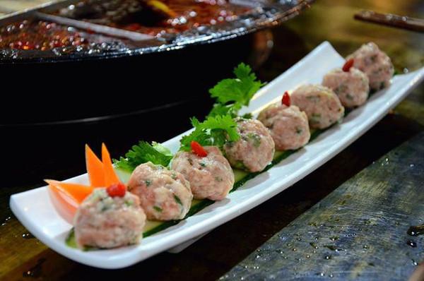 香菜丸子同属特色菜之一,不仅摆盘精美,而且丸子鲜嫩,口感柔软.