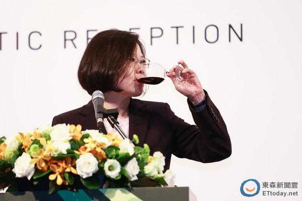 蔡英文昨日中午参加外交使节酒会。