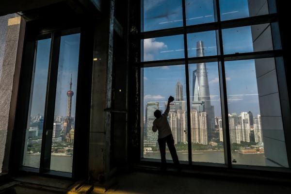 从工业结构看,2012年起国家效劳业占GDP的比重超越第二工业,正逐渐成为经济增加的主导工业。 早报记者 刘行�� 图