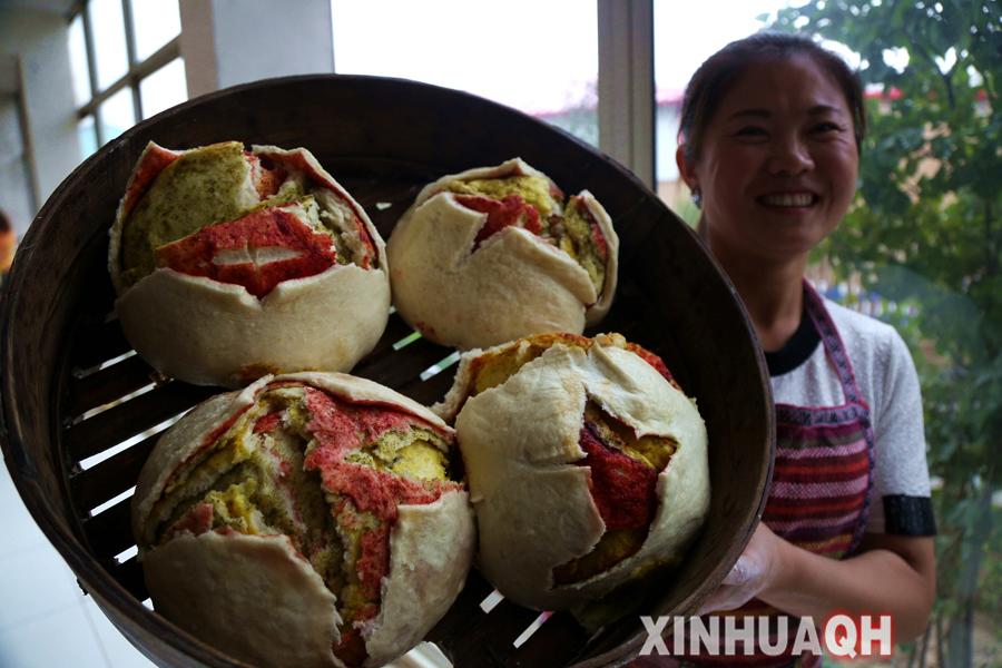 中秋将至 青海农家传统大月饼新鲜 出笼 组图