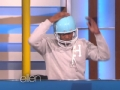 《艾伦秀第13季片花》S13E09 女观众用球踢特维奇 意外获得惊喜汽车