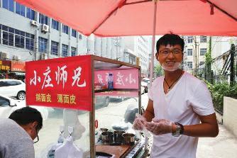 外企员工弃20万年薪回乡卖凉皮:城市房价太高