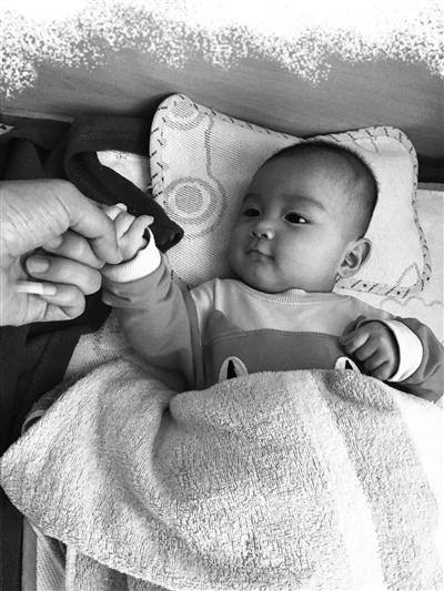 警方前后挽救了16名婴儿,有6个被送往苍南福利院,图为此中一位被挽救的孩儿。
