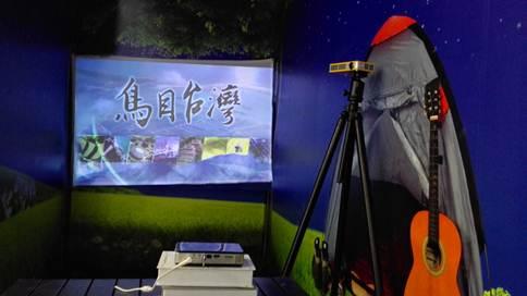 在智能生活馆的户外区,Vivitek(丽讯)展示另外一款微型投影产品QUMI