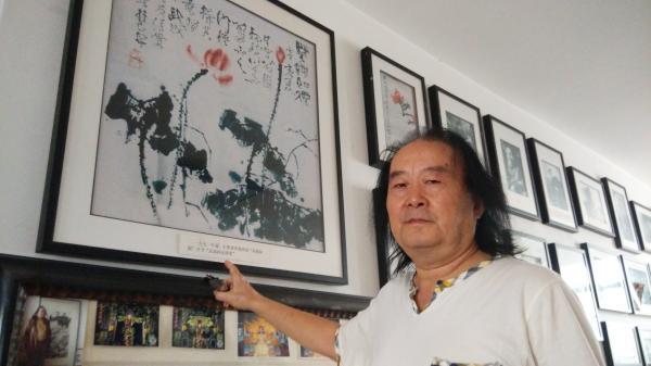 张武成向彭湃消息简介石鲁送给他的画作。 彭湃消息记者 王健 图