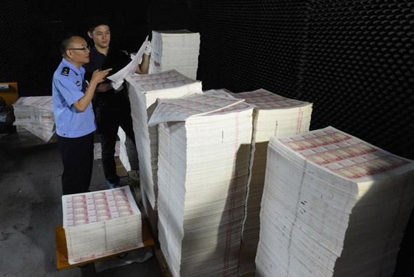 2.1亿,光印制假币的纸就有3吨。