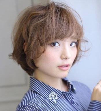 齐耳短卷发发型,个性的纹理烫发与清爽的短发结合起来不仅简单好打理图片