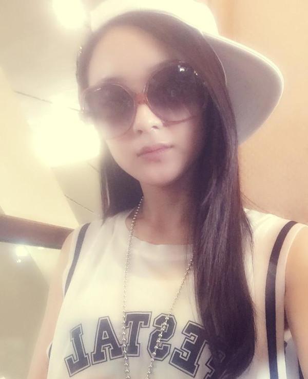 自拍照造型怎么摆_赵丽颖再演魔女仍然萌 戏外棒球帽造型更可爱!