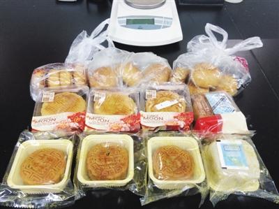 记者从星级酒店、知名餐厅、市场购买的4种自制月饼样品。