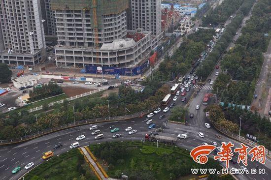 路口配置红绿灯是为了减缓交通压力。但是,咸阳交警部分在陈杨寨转盘新配置的8个红绿灯惹起了很大的争议,很多司机以为其实不正当,顶峰期最少需求等三四个红灯才干放行。