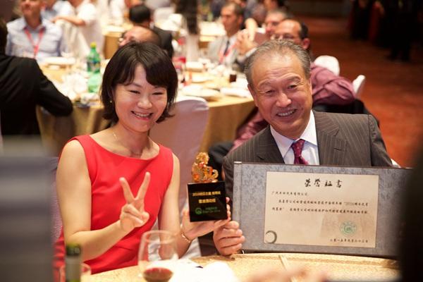 丰田研发中心(中国)副总经理松本真一先生(右)展示奖杯和荣誉证书