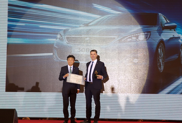致308S获得最佳绿色紧凑型车,东风标致副总经理文南先生(右)领奖