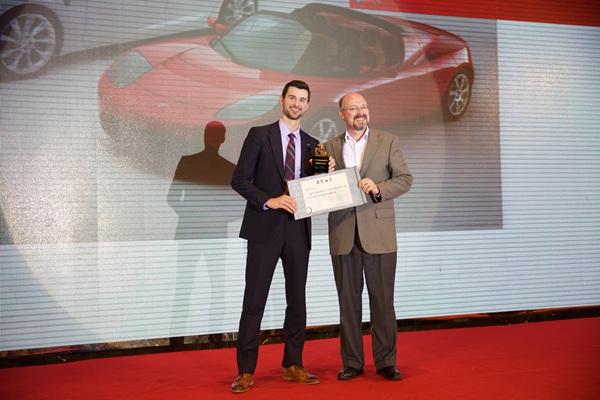 特斯拉全球政策及政府关系总监Ken Morgan 先生(左)接受颁奖