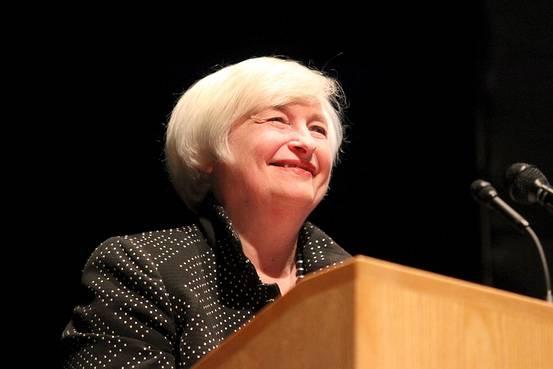 美联储主席耶伦在马萨诸塞大学安姆赫司特分校开始发表演讲时面带微笑。