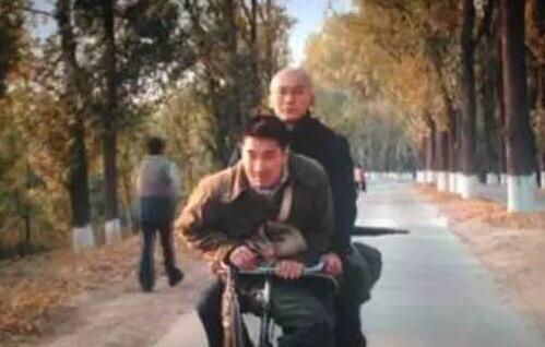 先是《九层妖塔》提前媒体看片会上,曝出的一张李晨骑自行车带着