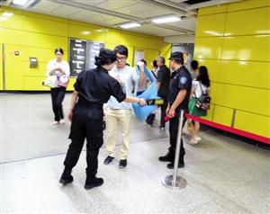 地铁安检员用探测仪对乘客物品实施安全检查 王汉文摄-地铁安检 1秒图片