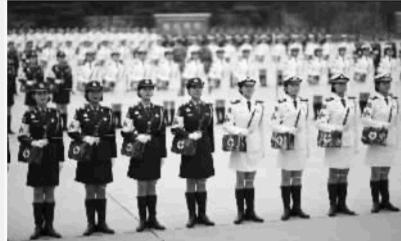 女兵回母校 向国旗敬礼 组图