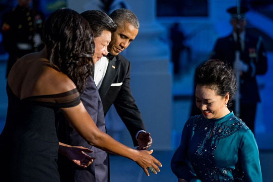奥巴马总统夫妇在9月25日晚邀请中国国家主席习近平及夫人彭丽媛参加在白宫东厅举行的国宴,四人在东厅门口亮相。