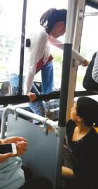 男子正从公交车窗往外跳