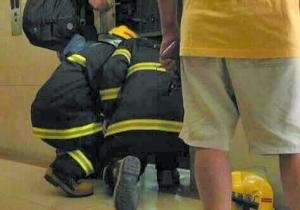 业主困于电梯内被救出 回家休息后又被电梯困住