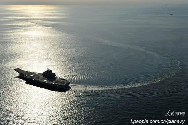 原文配图:辽宁舰航母小半径转弯掉头猛照。