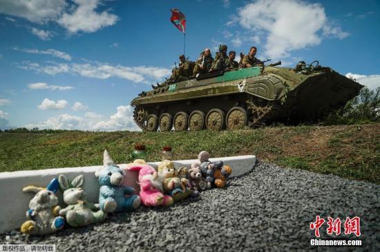 当地时间7月16日,乌克兰东部Hrabove附近,马航MH17空难一周年前夕,反对派民间武装分子守卫在坠机现场。